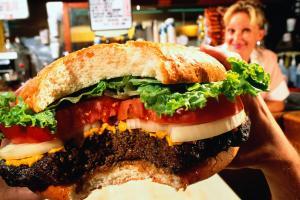 Hamburger, close-up, waitress in background (wide angle)